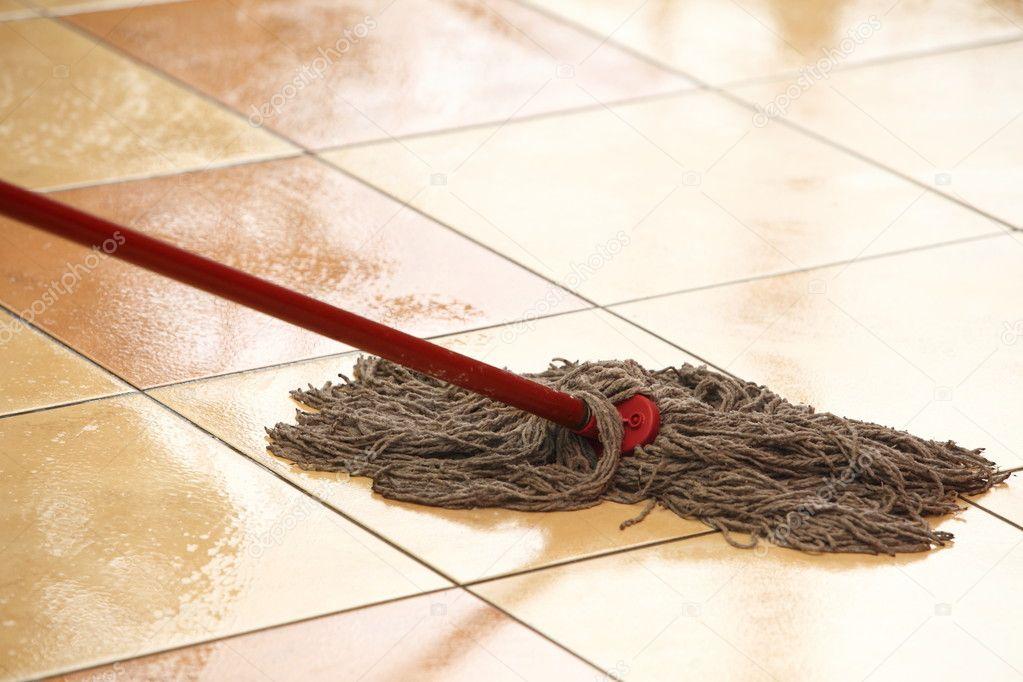 nettoyer le sol avec une serpilli re photographie voyagerix 24706949. Black Bedroom Furniture Sets. Home Design Ideas