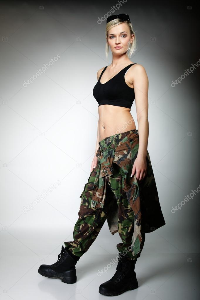 Mujeres vestidas de militar