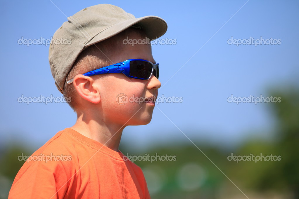 b6287c016987 Kid with sunglasses and cap outdoor — Stock Photo © Voyagerix #28914431