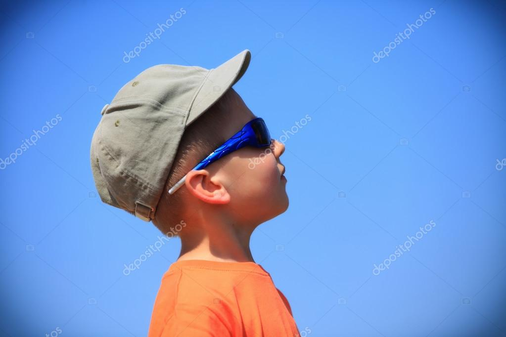 07f64d4f63a6 Kid with sunglasses and cap outdoor — Stock Photo © Voyagerix #29142221