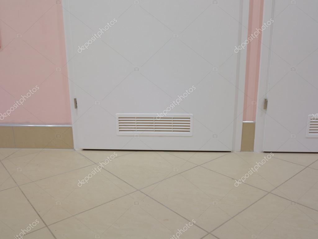 Ventilatie Badkamer Deur : Ventilatie venster op houten deur u stockfoto voyagerix