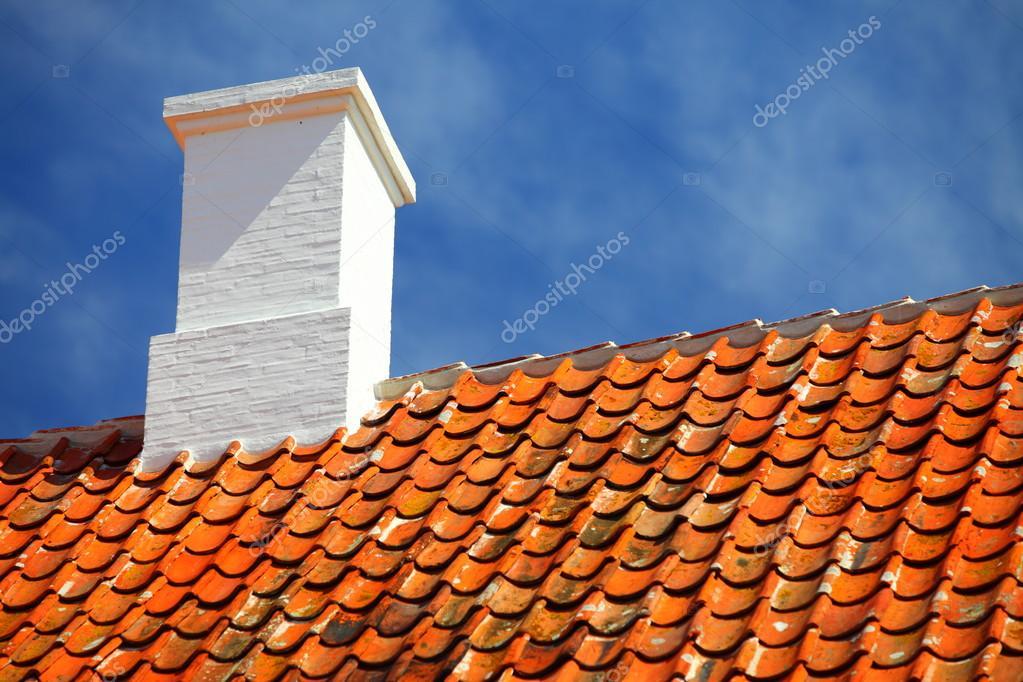 Oude tegels rode dak met himney hemelachtergrond u2014 stockfoto