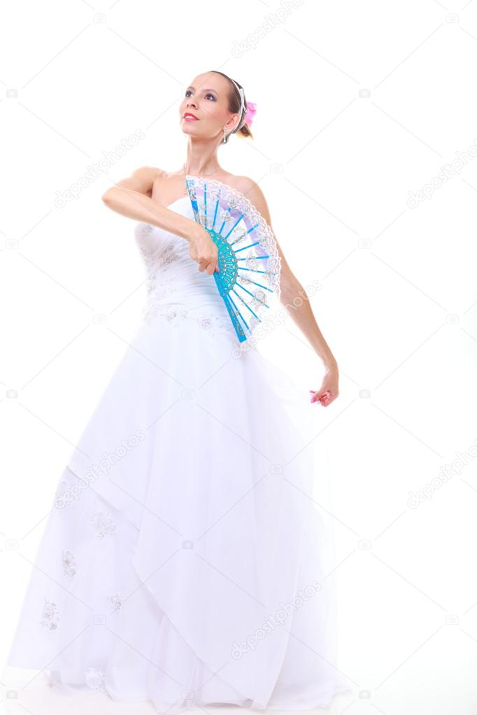día de la boda. novia romántica en vestido blanco ventilador aislado ...