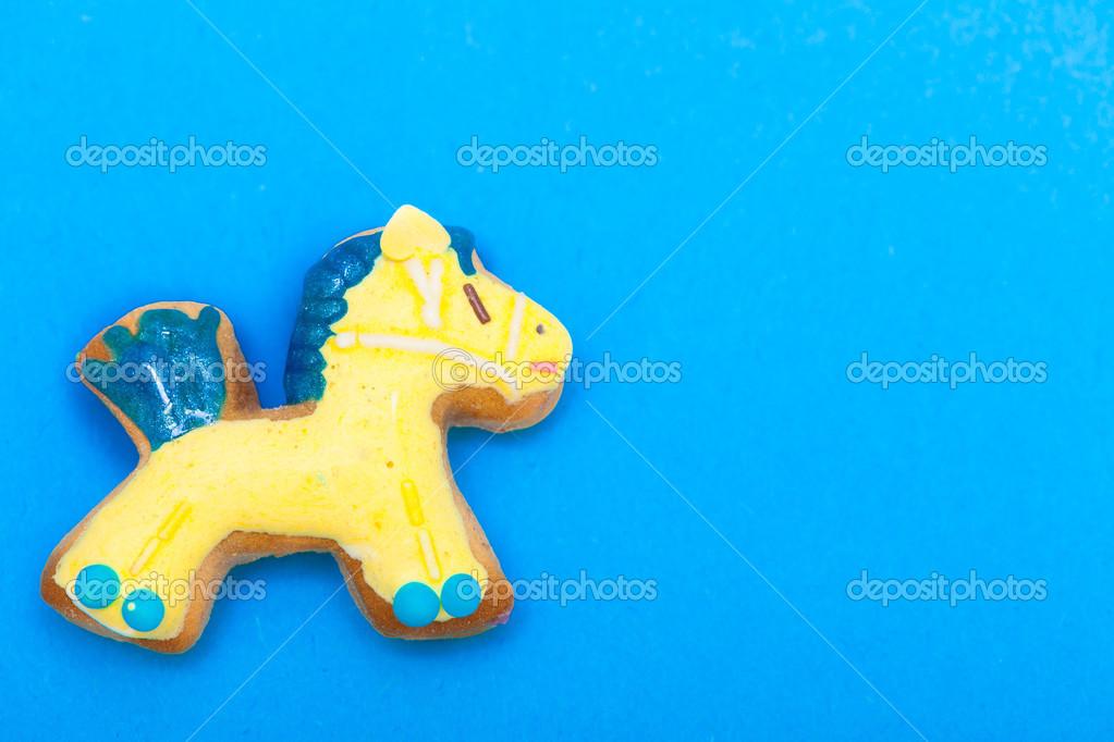 Weihnachts-Lebkuchen-Kuchen mit Glasur und Dekoration auf blauem ...