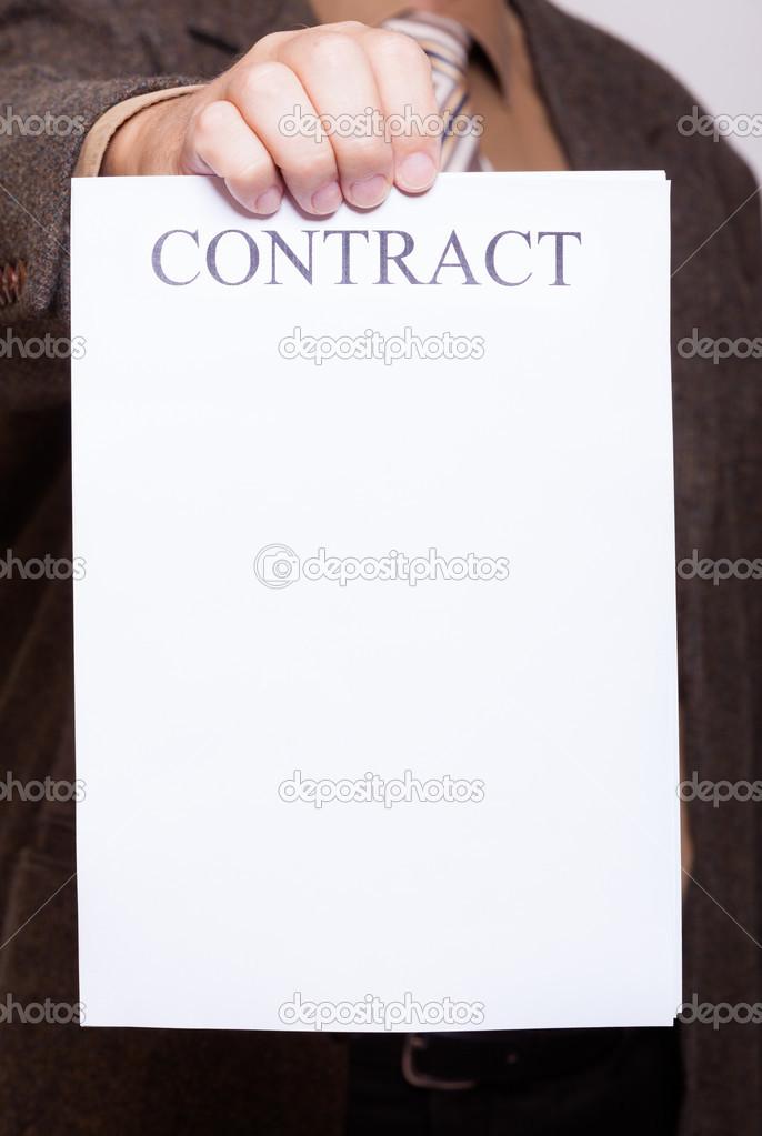 Unternehmer holding Blankopapier mit unterzeichnen Vertrag ...