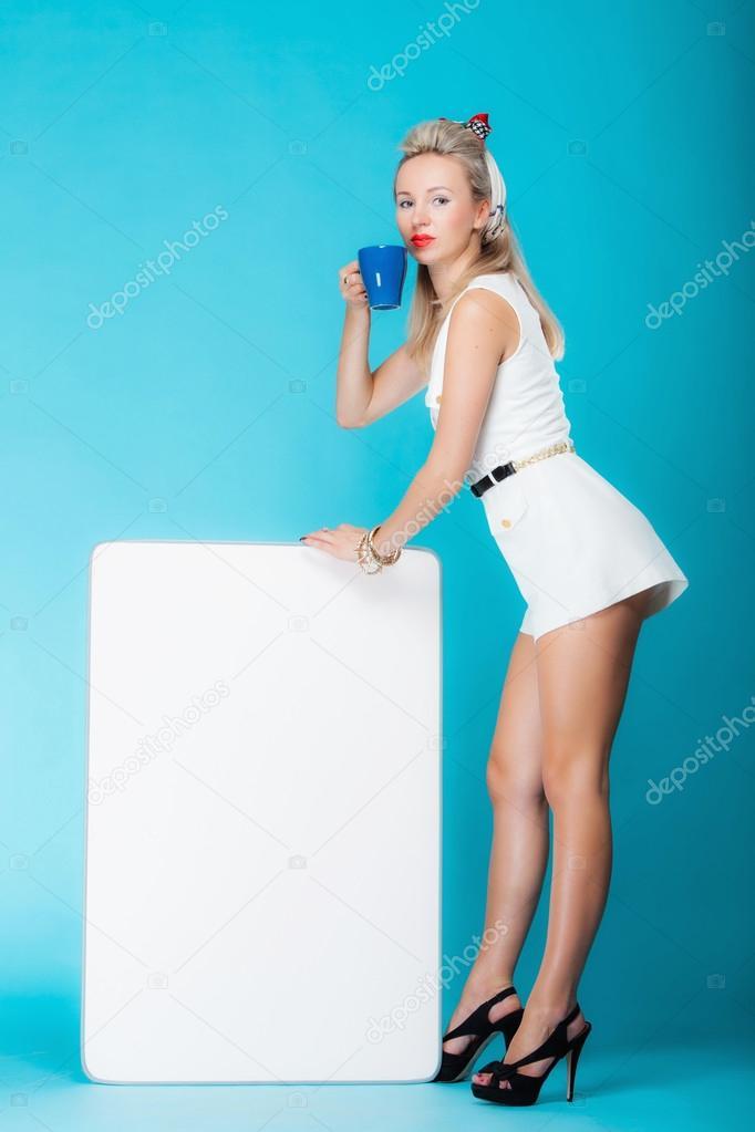 8333475875 Retro stílusú szexi szőke nő teljes hosszúságú üres bemutató ellátással.  lány banner jel billboard másolat adható szöveg, pincérnő wit csésze forró  beverabe ...