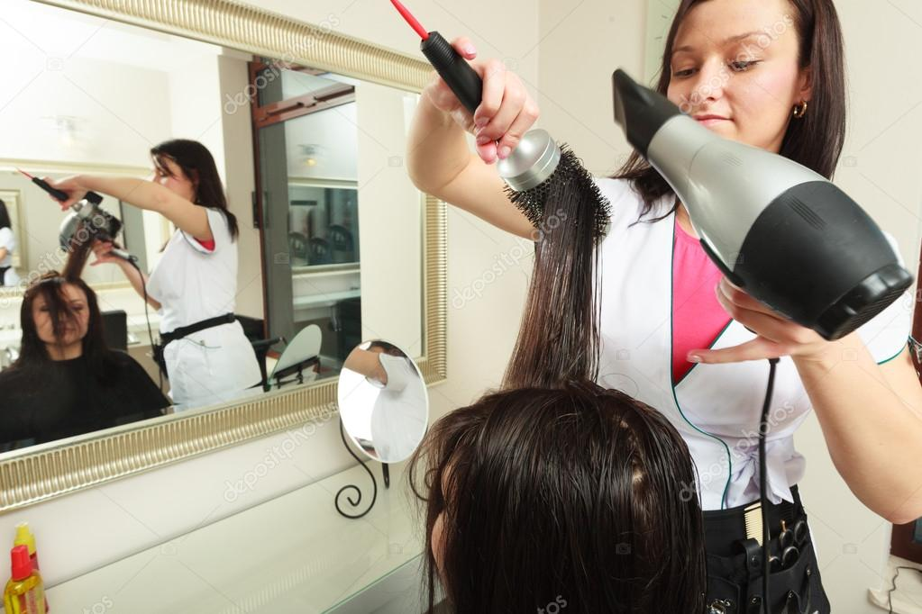 Κομμωτήριο με βούρτσα και πιστολάκι. Κομμωτήριο στέγνωμα μαλλιών του θηλυκό  πελάτη. γυναίκα στο κομμωτήριο ομορφιά — Εικόνα από Voyagerix b1412903fb8