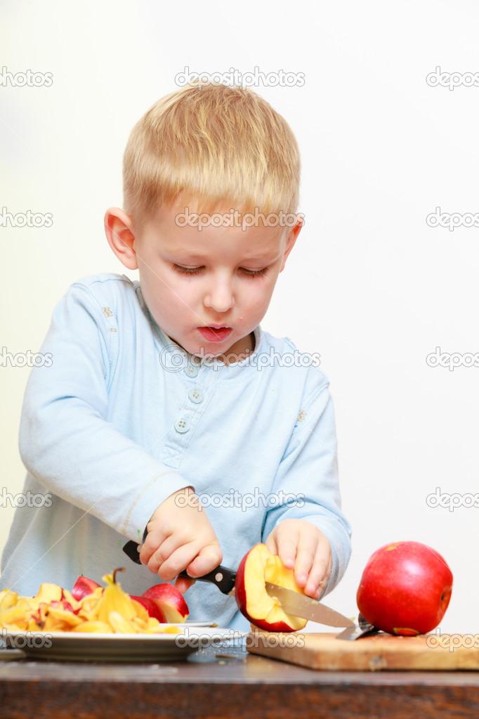 Preescolar de ni o de ni o chico rubio con manzana cocina for Cuchillo fruta