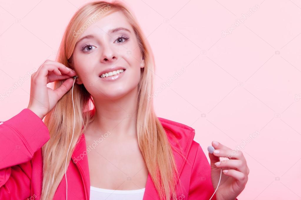 Fitness woman listen music mp3 relax gym — Stock Photo