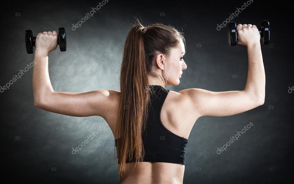 Fitness Mädchen Training Schultermuskulatur Hanteln heben ...