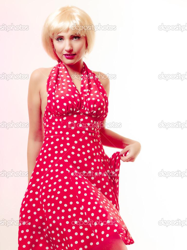 schönes Pinup Girl Mädchen blonde Perücke und retro roten Kleid ...
