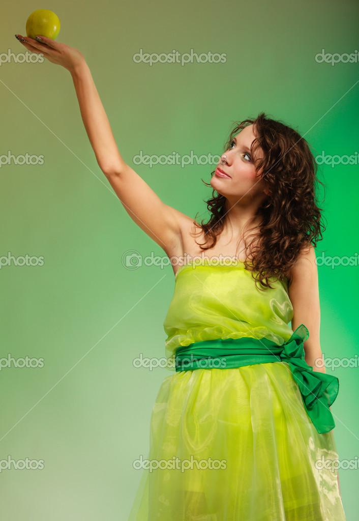 super popular f534b 76259 Cibo in primavera o estata. donna ragazza in abito verde ...