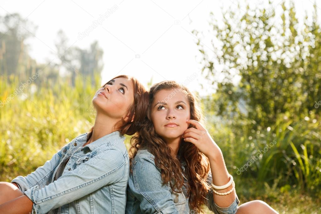картинку две подруги скачать