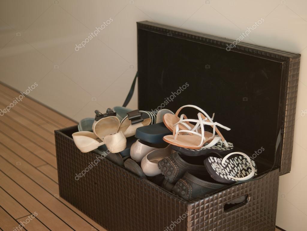 A Caixa De Braun Com Sapatos No Chão De Madeira U2014 Fotografia ...