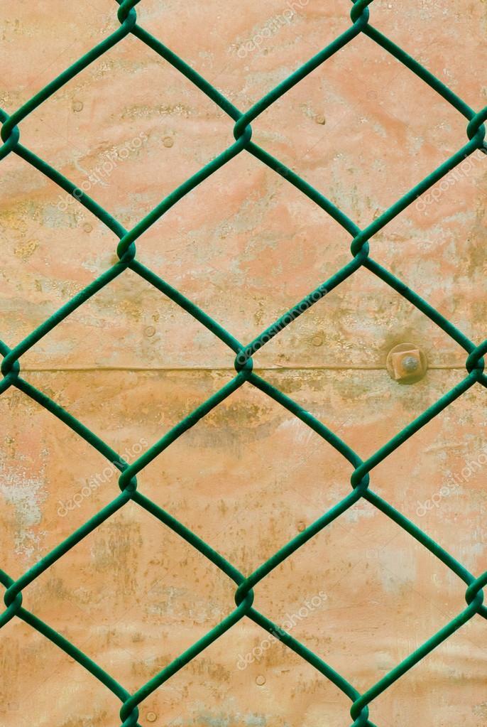 verrosteten grünen Draht Zaun mit Grunge Wand Hintergrund vertikale ...