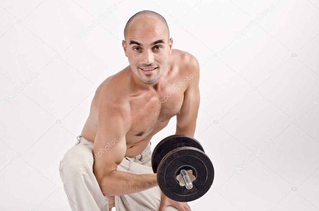 hombre fuerte levantando pesas para el bíceps — Foto de stock ...