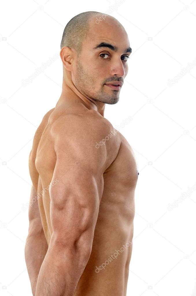 hombre fuerte culturista Calvo flexionando sus músculos mostrando su ...