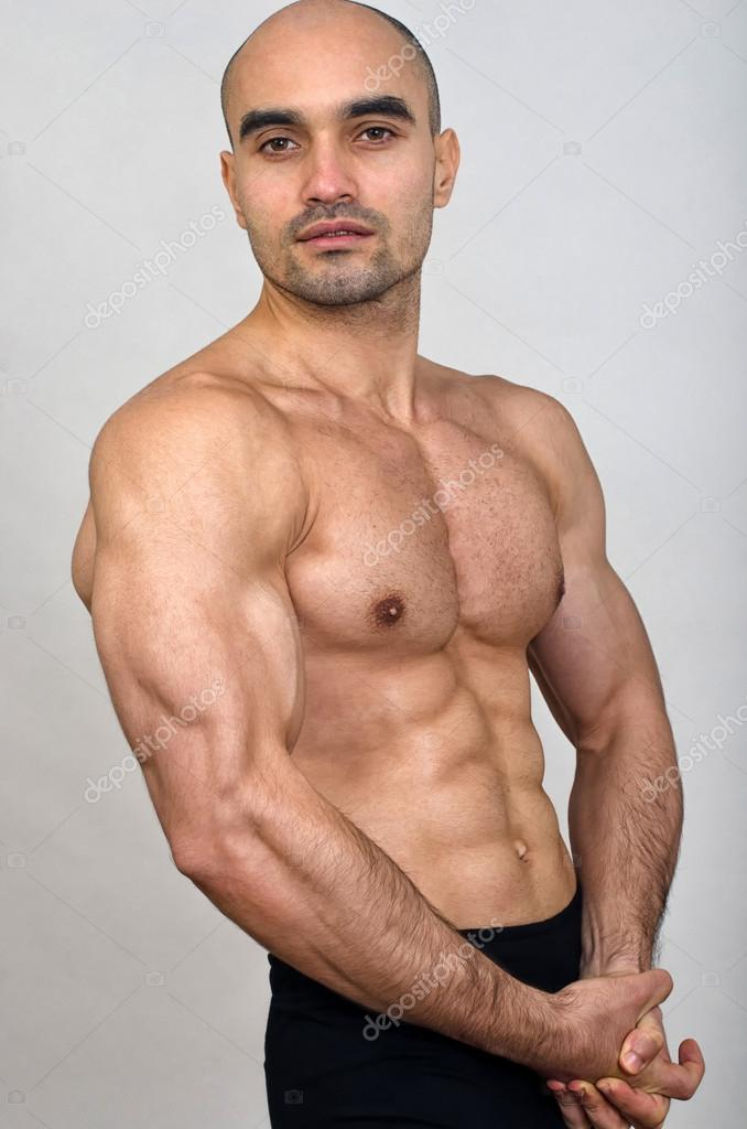 hombre fuerte culturista Calvo con abs perfecto, hombros, bíceps ...