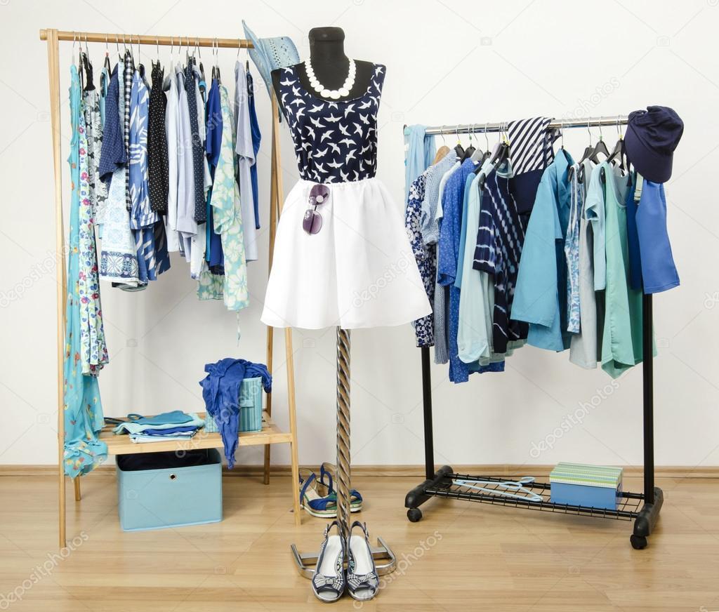 placard de s 39 habiller avec des v tements bleus dispos es sur des cintres tenue d 39 t mignon sur. Black Bedroom Furniture Sets. Home Design Ideas
