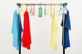 téměř prázdný nosič oblečení a ramínka po velký výprodej