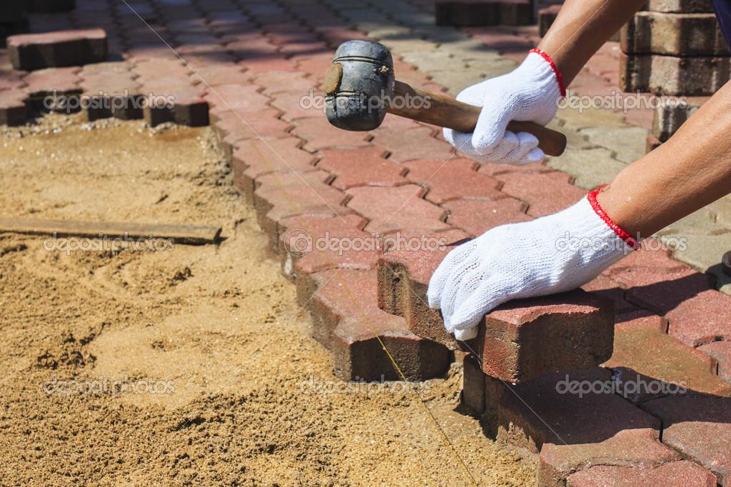 trabajador colocación de adoquines de hormigón rojo — Foto de stock ...