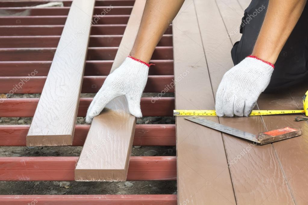 Holzfußboden Terrasse ~ Arbeitnehmer die installation holzfußboden für terrasse u2014 stockfoto