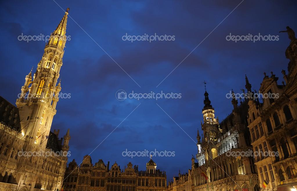 nacht verlichting van de grote markt in Brussel, België — Stockfoto ...