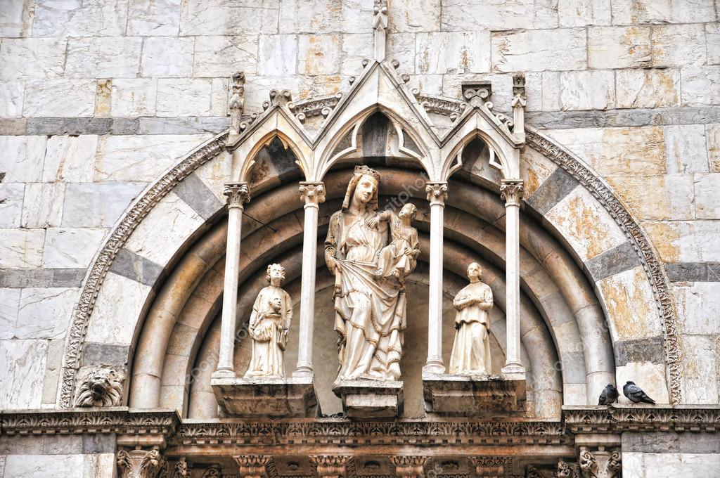 Details van binnenkomst in gotische katholieke kerk in pisa italië