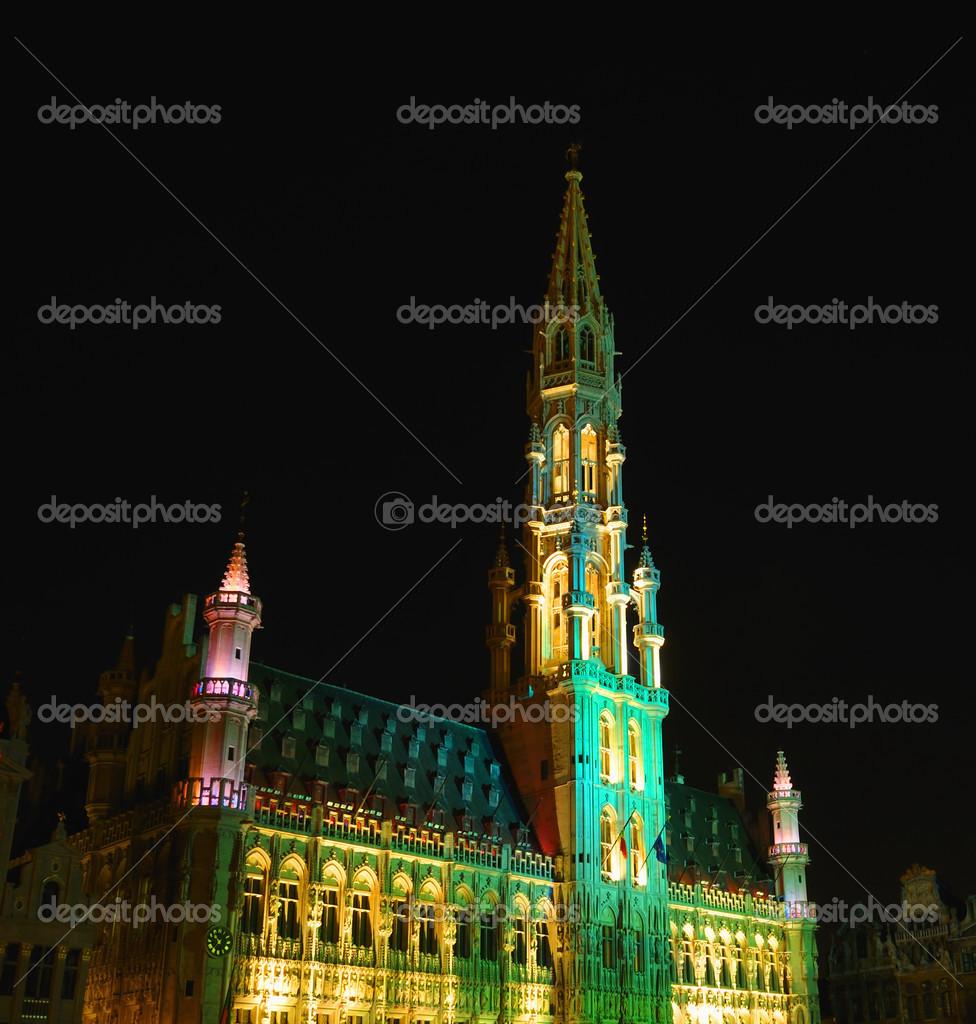 nacht verlichting van middeleeuwse toren op de grote markt in ...