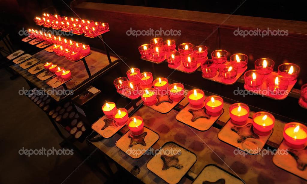 Kronleuchter In Rot ~ Gelbe kerzen in rot kronleuchter feuern u2014 stockfoto © poissonenciel