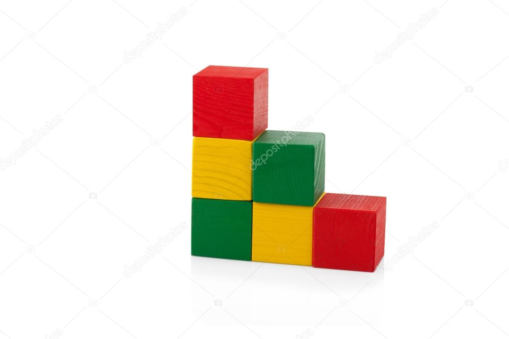 bloques de madera pirmide de cubos de colores juguetes para nios aislados sobre fondo blanco u foto de escander