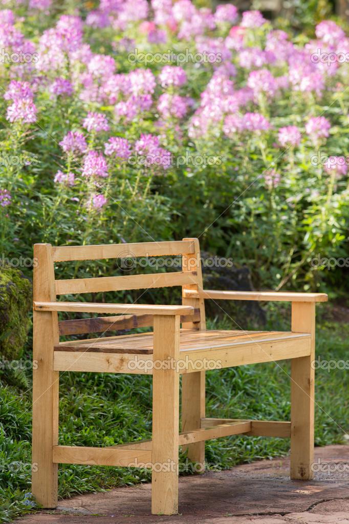 Houten Stoel Tuin.Houten Stoel In Tuin Stockfoto C Littlestocker 19682723