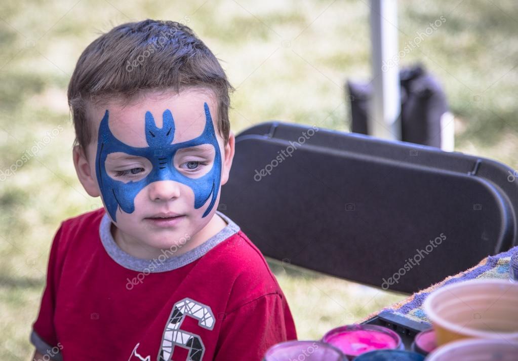 Mavi Yüz Boyama Ile Genç çocuk Stok Foto Michelkelly 12383087