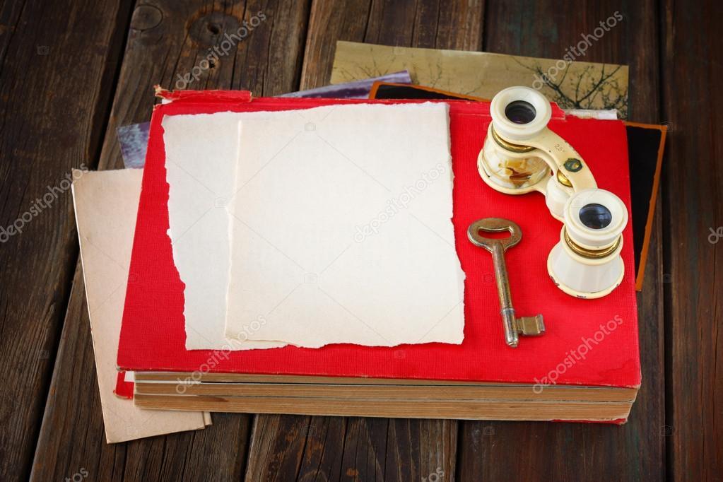 Binocolo Depoca Sul Libro Rosso Antico Con Una Pagina Vuota Per Il