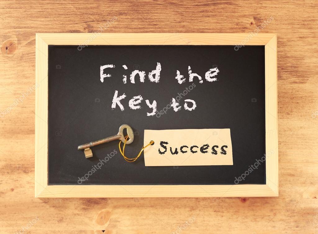 A Frase Encontrar A Chave Para O Sucesso Escrito No Quadro