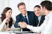 Geschäftlicher Handschlag, um einen Deal zu besiegeln