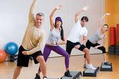 Fotografie Aerobic-Übungen im Fitnessstudio