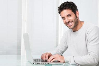"""Картина, постер, плакат, фотообои """"улыбающийся человек работает на ноутбуке """", артикул 31199575"""
