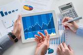podnikatelé analyzuje graf s digitálním tabletu