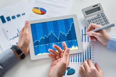 iş adamları ile birlikte dijital tablet grafik analiz