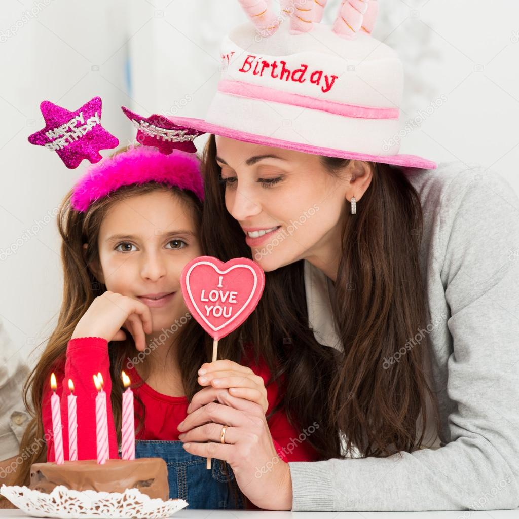 Madre E Hija Celebrando El Cumpleanos Fotos De Stock C Ridofranz