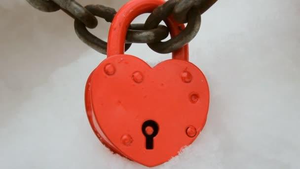 Červené srdce tvarovaný zámek na sněhu