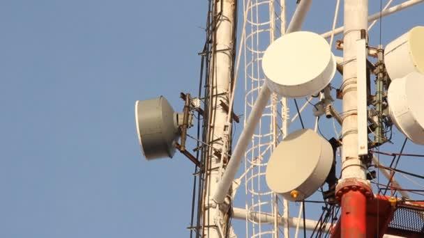 telekomunikační věž s anténami mobilní komunikace na obloze