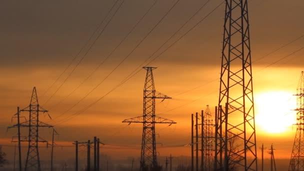věže vysoké napětí při západu slunce