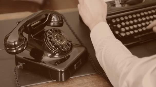 Íróasztal. Vintage írógép, régi telefon szépia