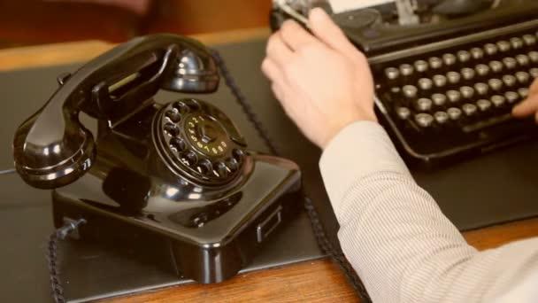 pracovní stůl. Vintage psací stroj, starý telefon