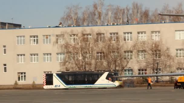 autobus cestující na letišti