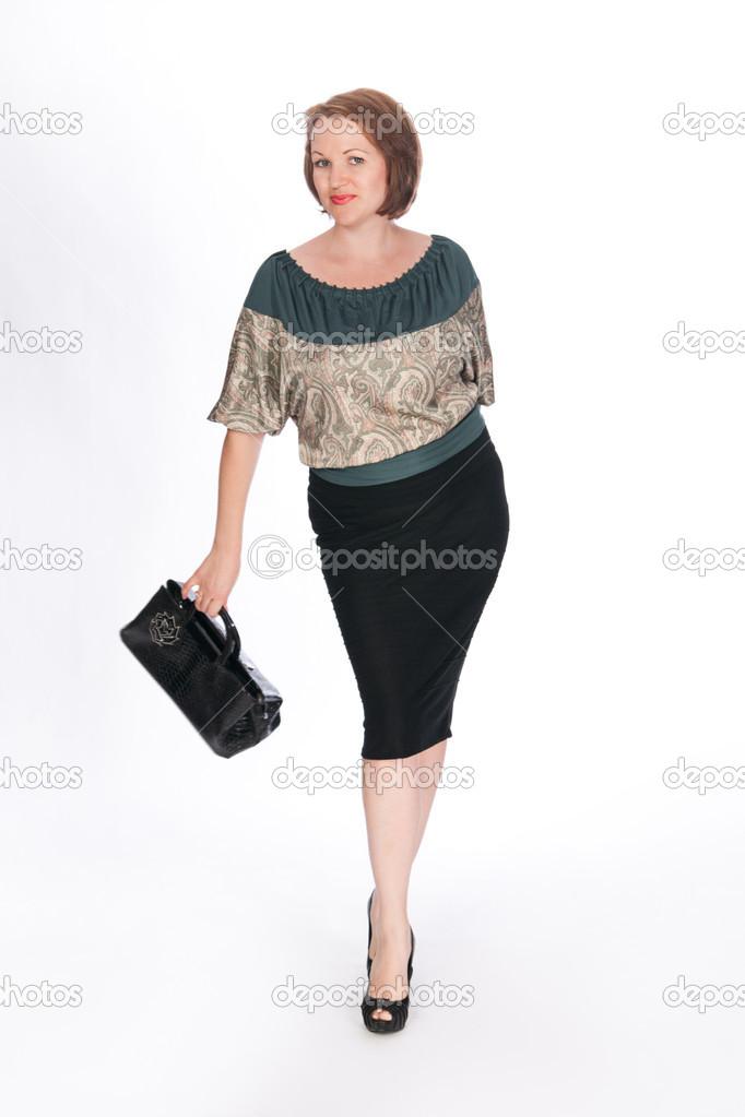 1e76bd387df Hermosa mujer moda vestida con blusa verde y falda negra con bolso negro en  su mano. estudio de tiro - moda falda y blusa — Foto de ...
