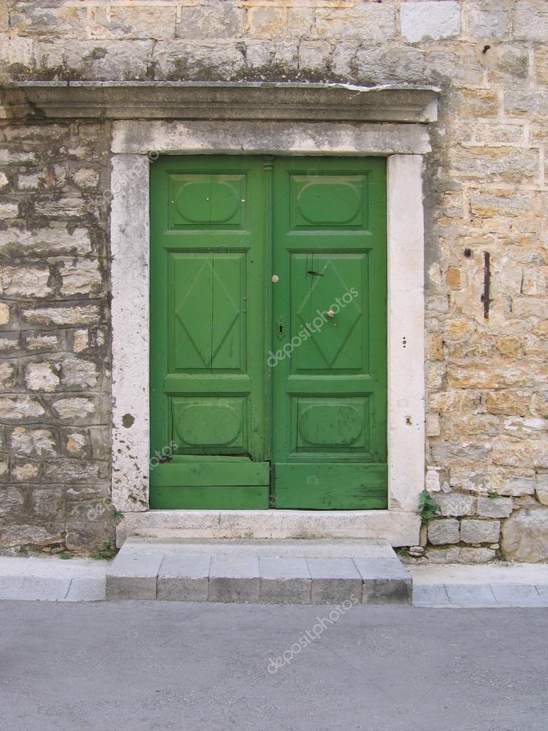 Porte verte de vieille maison en pierre m diterran enne en for Rivestimenti esterni in metallo per case