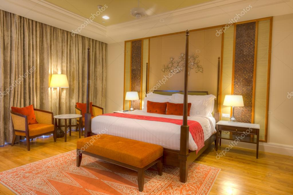 Chambre avec lit à baldaquin et meubles u photographie tangjans